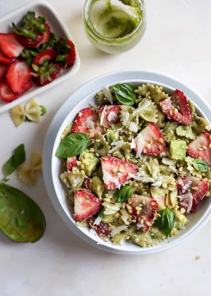 Recept na těstovinový salát s avokádem a jahodami