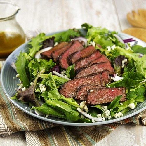 Hovězí steak se salátem je výborná dietní večeře.