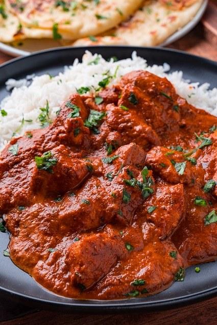 Kuře tikka s fazolovou omáčkou a bílou rýží.