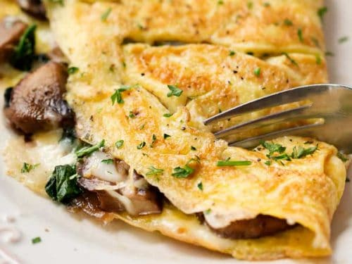 Omeleta se špenátem a houbami.