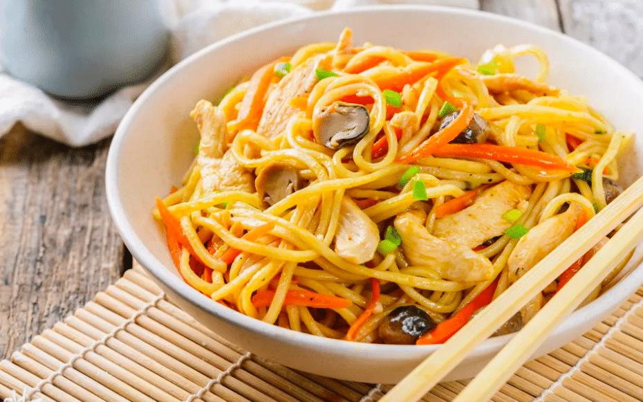 Recept na thajské nudle s kuřecím masem a zeleninou