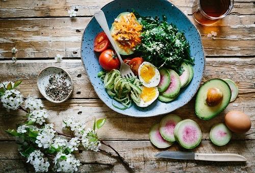 Zeleninový salát s avokádem a vejcem pomáhá při hubnutí po 40.