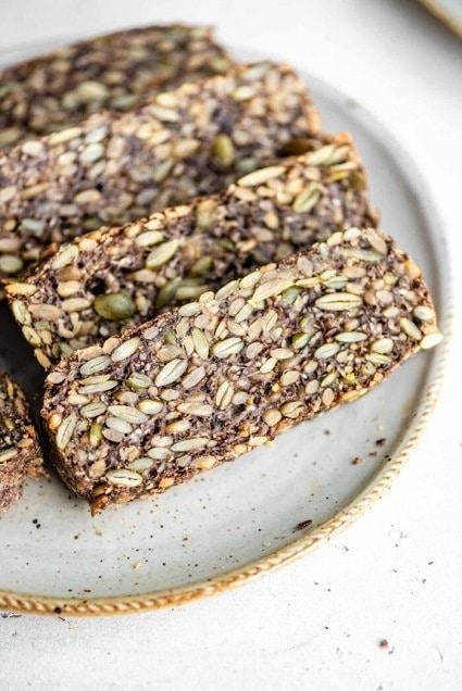 Chléb ze semínek, která nahrazují mouku ve zdravém pečivu.