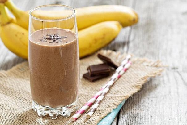 Banánovo-kakaový mixovaný nápoj po intenzivním tréninku.