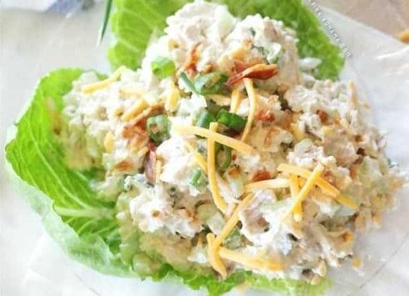 Lahodný masový salát se zakysanou smetanou, slaninou, pažitkou a čedarem.