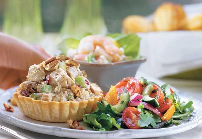 Kuřecí salátek s medem, ořechy a brusinkami