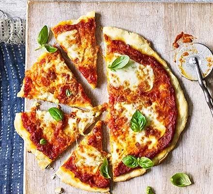 Bezlepková pizza s domácí rajčatovou omáčkou, bůvolí mozzarellou a čerstvou bazalkou.