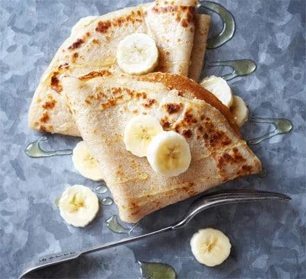 Sladké gluten free palačinky s banánem a agávovým sirupem.