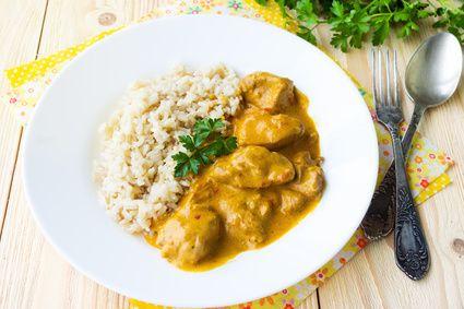 Kuřecí na paprice pro celiaky, s kešu krémem, rýží a petrželkou.