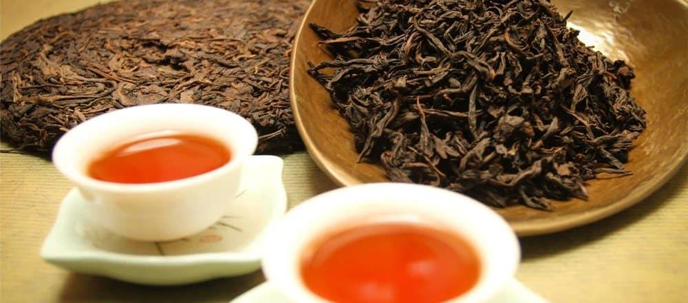 Sypaný a slisovaný červený čaj Pu-erh.