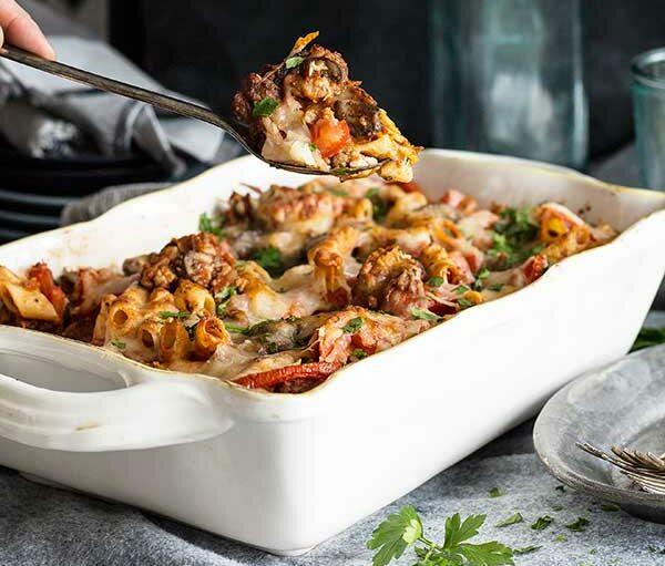 Zapečené těstoviny bez lepku s rajčaty, bezlepkovou omáčkou, mozzarellou, parmazánem a italským kořením.