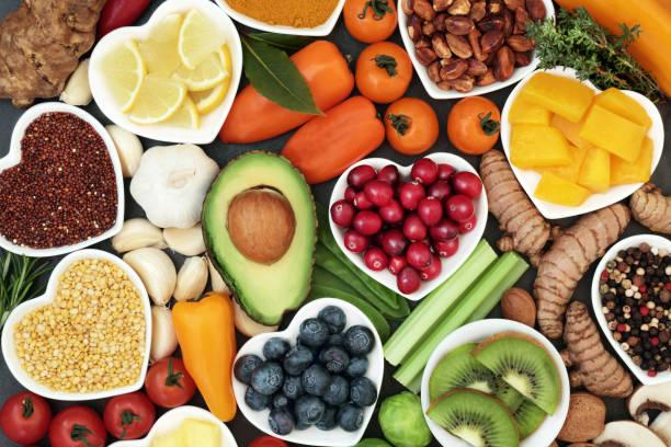 Široká paleta zdravých bezlepkových potravin a různých gluten-free složek stravy v bílých srdíčkových miskách