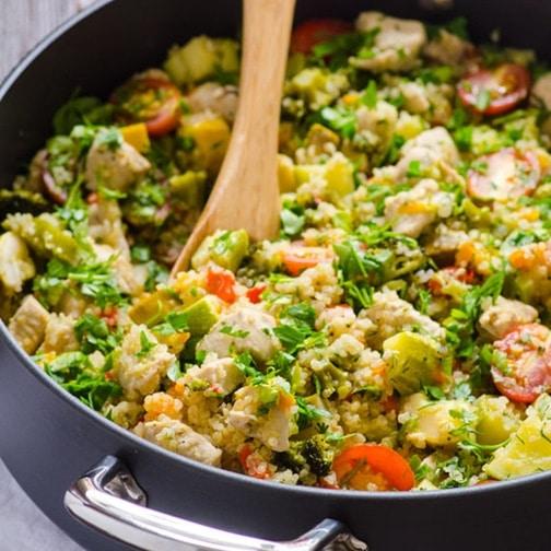 Quinoa s cuketou, bylinkami a kuřecím masem, v černém hrnci