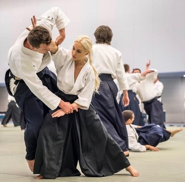 Lidé v tělocvičně cvičící aikidó