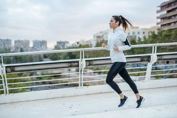 Běžící dívka při pravidelném tréninku