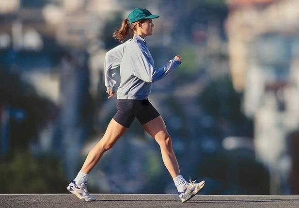 Mladá žena se sportovní postavou při chůzi
