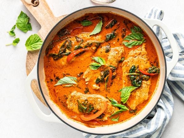 Dietní kuře na paprice se zeleninou a bylinkami v keramické míse