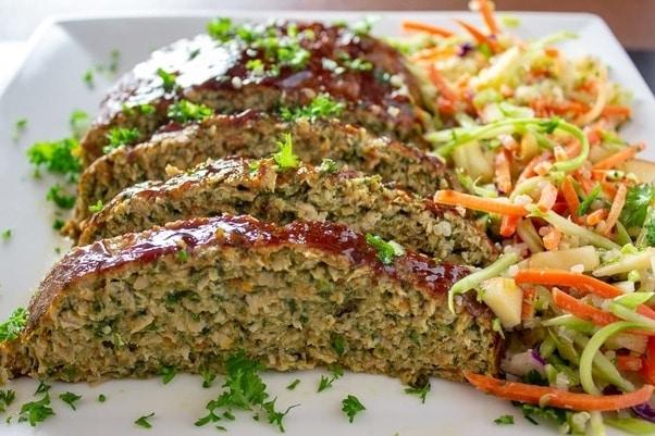 Dietní kuřecí sekaná se zeleninou a bylinkami na bílém hranatém talíři
