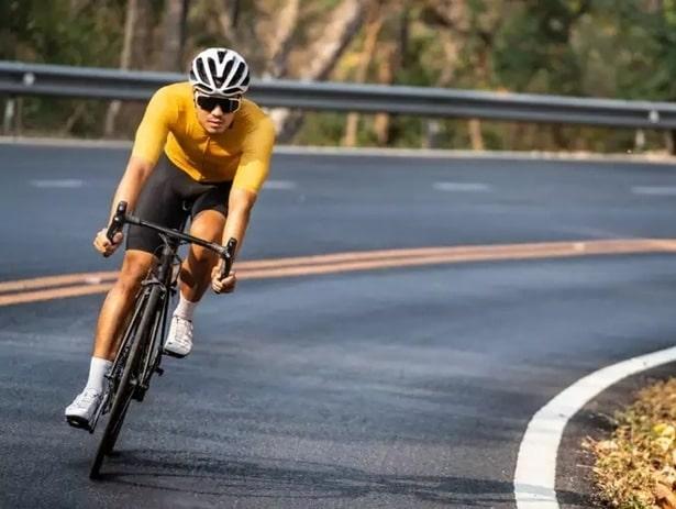Mladý sportovec při jízdě na kole