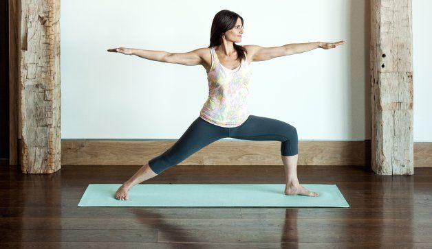 Žena na cvičební podložce trénující jógu
