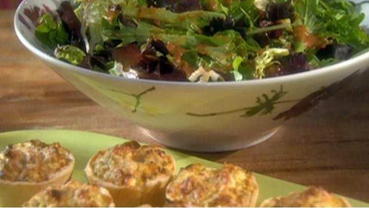 mísa zeleninového salátu s rajčatovo-bazalkovou zálivkou a pečené kuřecí košíčky