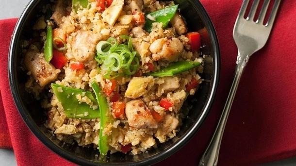 Kuřecí maso s květákovou rýží a zeleninou v černé keramické misce