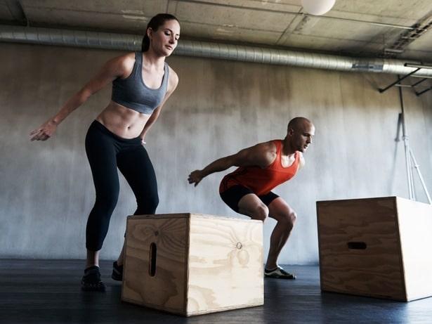 Lidé cvičící v rámci crossfit tréninku