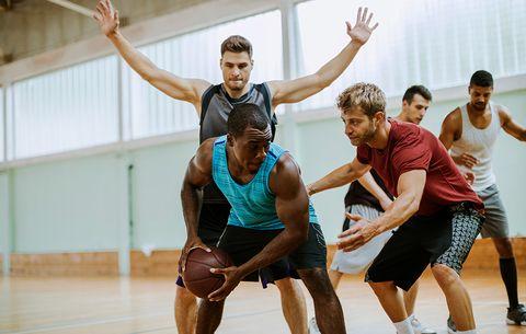 Skupina lidí hrající basketbal