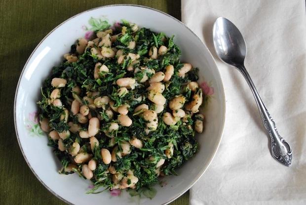 Špenát s bílými fazolemi v hlubokém keramickém talíři