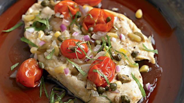 Pečené maso na středomořský způsob s rajčaty a kapary.