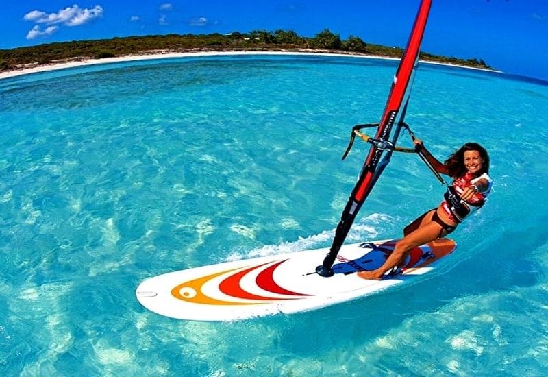 Surfování jakožto ideální fyzická aktivita na dovolené u moře