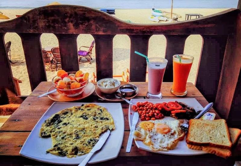 Zdravá dovolenková snídaně složená z důležitých potravin na pláži