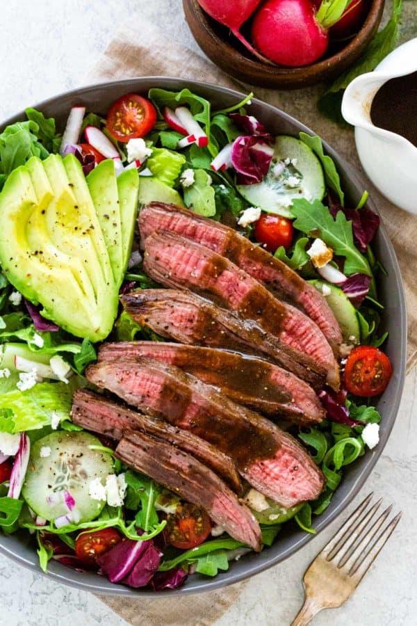 Zeleninový salát s hovězím steakem a avokádem v šedé plastové míse