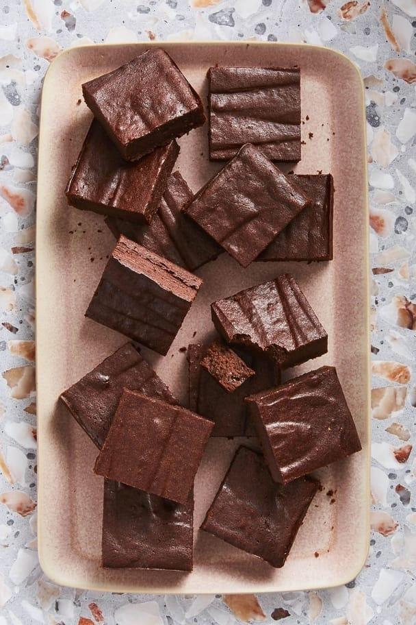 Čokoládovo-řepové vánoční brownies na béžovém plastovém tácku