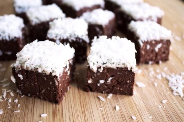 Kostičky čokoládového fondánu posypané kokosem