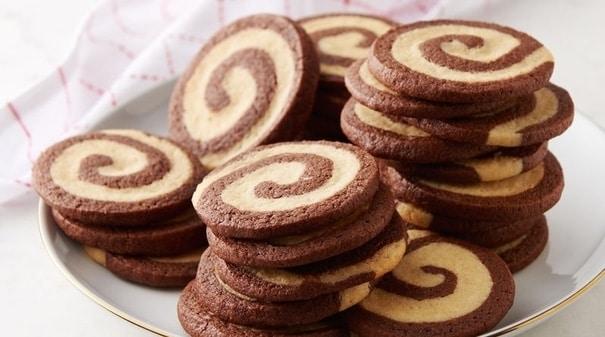 Čokoládovo-mátové vánoční sušenky bez lepku na keramickém talíři