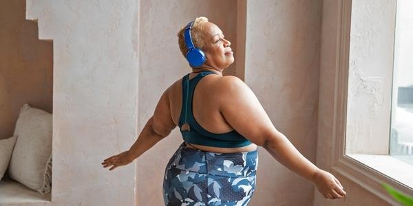 Starší žena při strečinku před cvičením