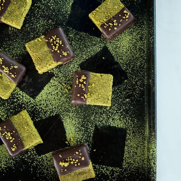 Sváteční matcha sušenky s čajovým práškem a čokoládovou polevou