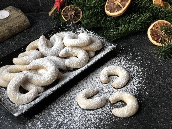 Vanilkové rohlíčky bez glutenu na černém plechovém tácku