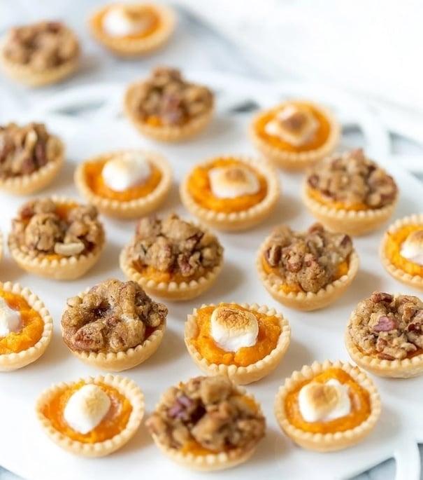 Vánoční batátové minikošíčky s ořechy na bílém tácku