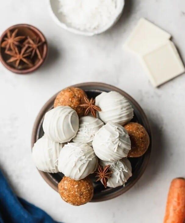 Mrkvové truffles v bílé čokoládě s kořením v hnědé keramické misce