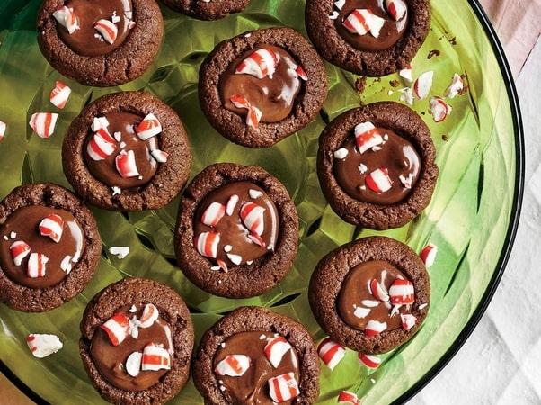 Vánoční čokoládové plněné sušenky s ozdobou ve skleněné misce