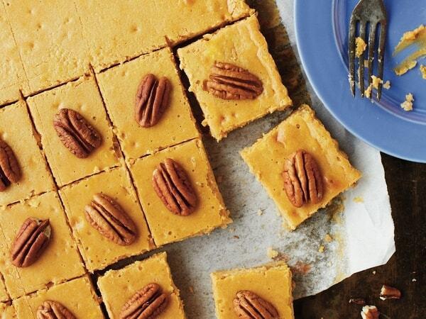 Dýňovo-pekanové kostičky s ořechy na pečicím papíře