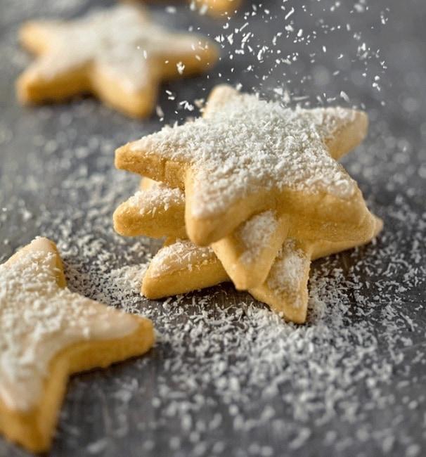 Kokosovo-citronové vánoční hvězdičky se strouhaným kokosem na šedé pracovní desce