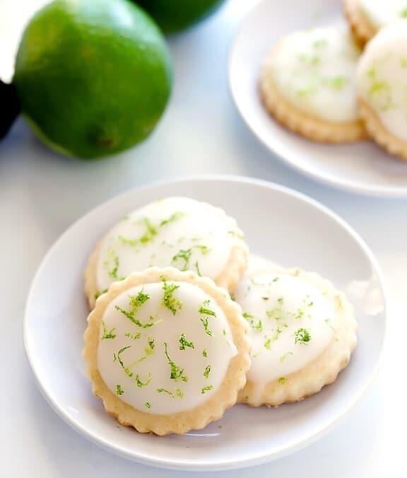 Kokosovo-limetkové sváteční sušenky s limetkovou kůrou na bílém keramickém talířku