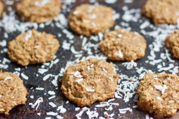 Perníkové cookies z kokosu, se strouhaným kokosem na černé pracovní desce