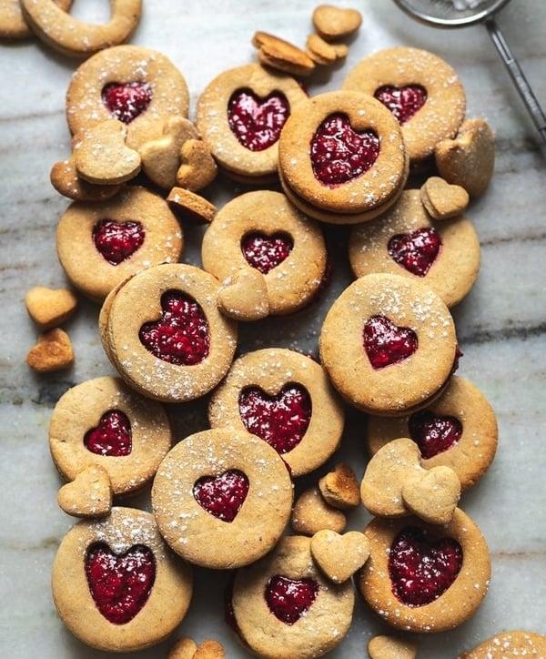Slepované linecké cukroví z mandlové mouky s malinovou marmeládou
