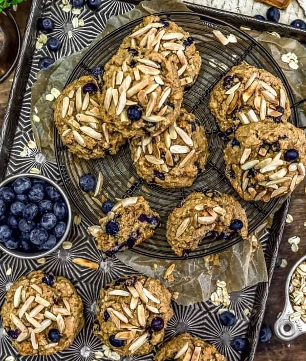 Mandlovo-borůvkové vánoční cukroví z ovesných vloček na plechovém tácu