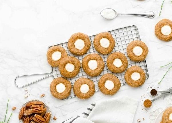 Mrkvové plněné vánoční sušenky s ořechy na kovové mřížce