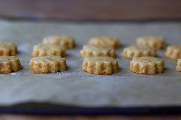 Jablečné vánoční sušenky s mrkví na pečicím papíře